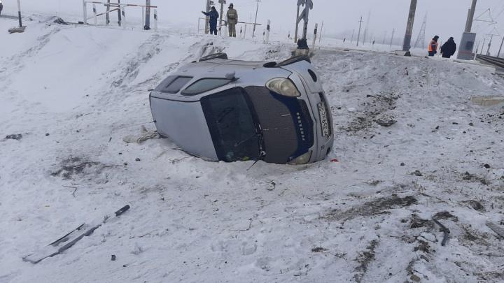 В Омской области при столкновении поезда с иномаркой погибла 60-летняя женщина