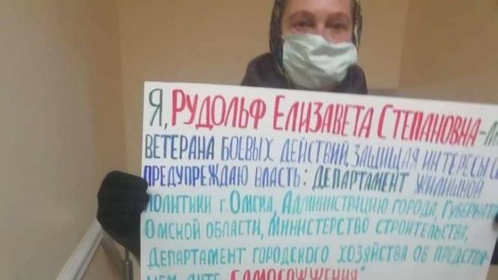 Мать ветерана Чечни вышла на пикет к омской мэрии с угрозами самосожжения