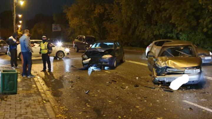 Пострадали девушка и ребенок: в Екатеринбурге ВАЗ столкнулся с Chevrolet