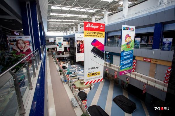 Непродуктовые части торговых центров закрылись, но многие магазины продолжили работу