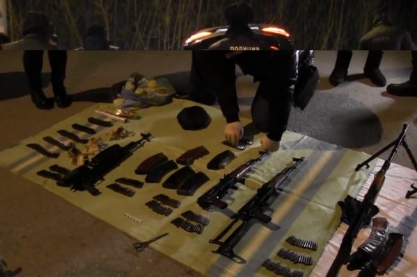 Полицейским предстоит выяснить, куда и для чего водитель иномарки вез столько оружия