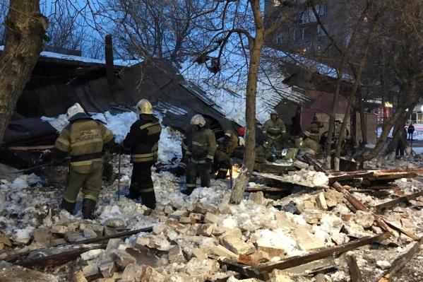 Здание обрушилось на тротуар
