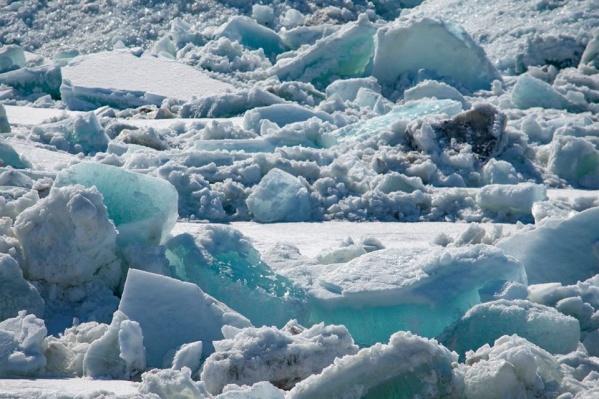 Жители Дудинки приходят на берег любоваться ледоходом
