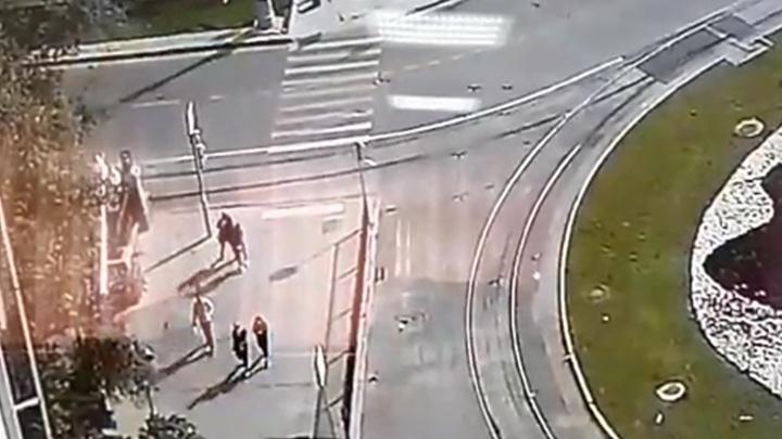 Грабитель в женском парике, который напал на девушек в центре Екатеринбурга, попал на записи камер