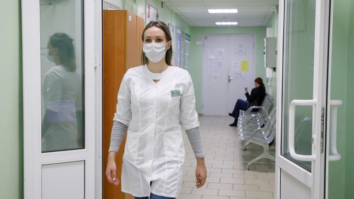 «Три часа стоим с температурой на лестнице»: в поликлиниках Волгограда и области отменили запись к терапевтам