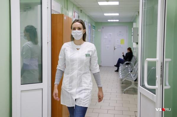 В поликлиниках от наплыва пациентов разрастаются огромные очереди