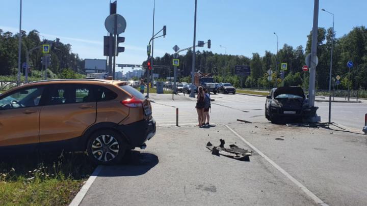 Появилось видео ДТП на Серафимы Дерябиной, где водитель Lada проехал на красный и столкнулся с Porsche