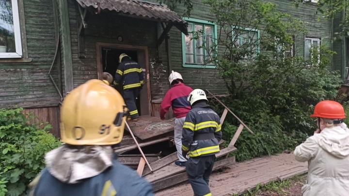 «Только выбежала из квартиры, и он поехал»: в Архангельске сошел со свай еще один аварийный дом