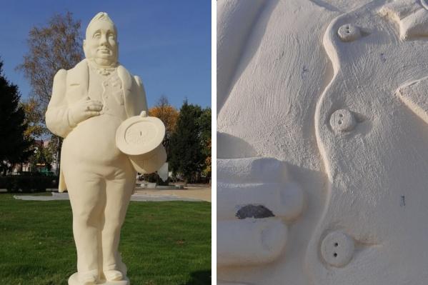 Фигуру чиновника в Данилове обкидали камнями