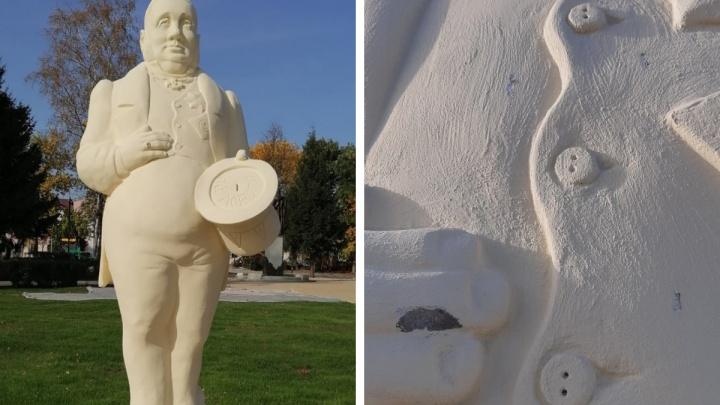 «Средь бела дня»: в Ярославской области вандалы закидали камнями скульптуры чиновника и городового