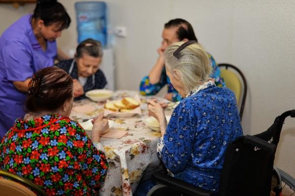 В пансионате «Комфорт» живут пожилые люди, за которыми осуществляют круглосуточный присмотр