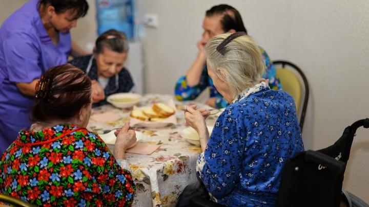 «Умирает на глазах»: в тюменском доме престарелых не могут дождаться скорой для 90-летней бабушки