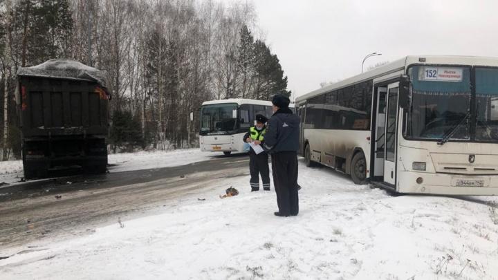 В Кузбассе грузовик врезался в рейсовый автобус. Пострадали три человека