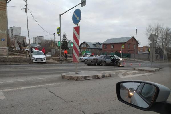 Авария затруднила движение на участке дороги