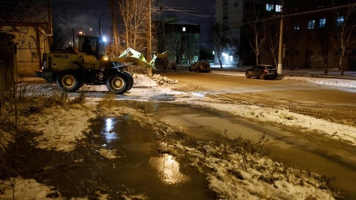 К расчистке ледяных торосов в Волгограде подключилась тяжелая техника
