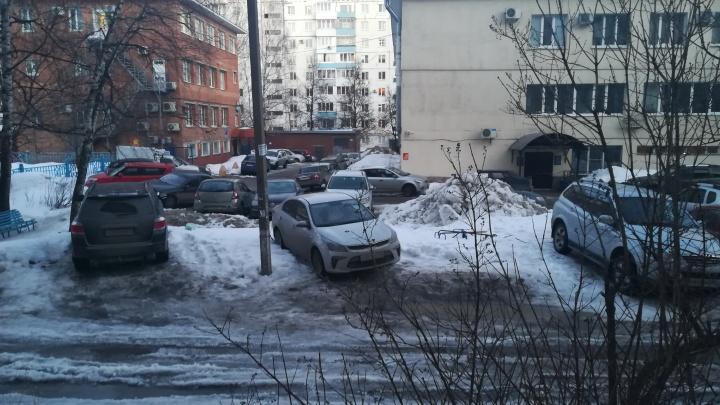 Парковка вместо детской площадки: в уфимском дворе коммунальщики снесли ограждение, чем воспользовались автомобилисты