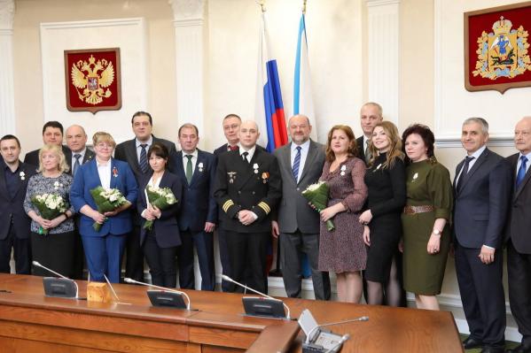 Четверым медикам вручили орден Мужества, ещё семерым и трём лётчикам — медаль «За спасение погибавших»