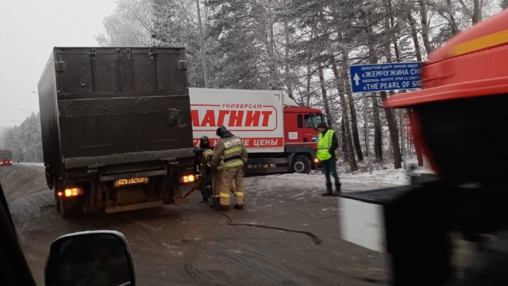Фура с продуктами улетела в кювет. На Московском тракте из-за аварии перекрыли полосу