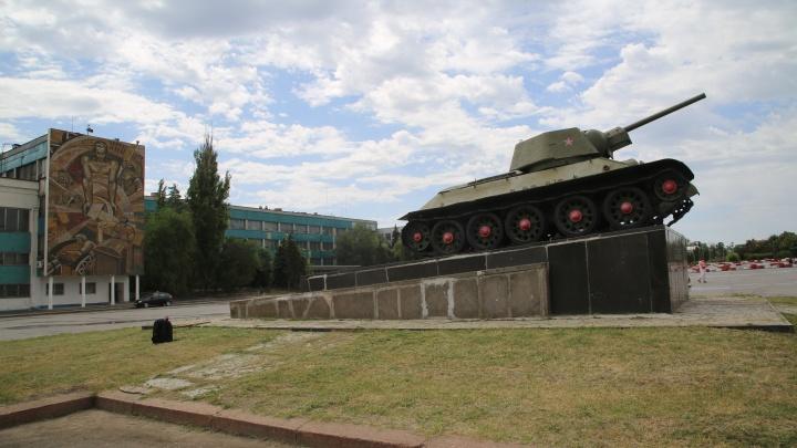 В Волгограде на танке на площади Дзержинского появилась надпись-призыв. Автора ищет полиция