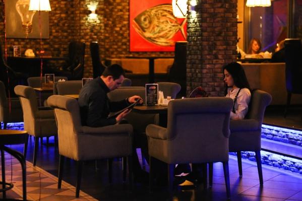 Некоторые омские бары и рестораны пока продолжают работать в обычном режиме. Но есть и те, кто уже завтра закроется на карантин