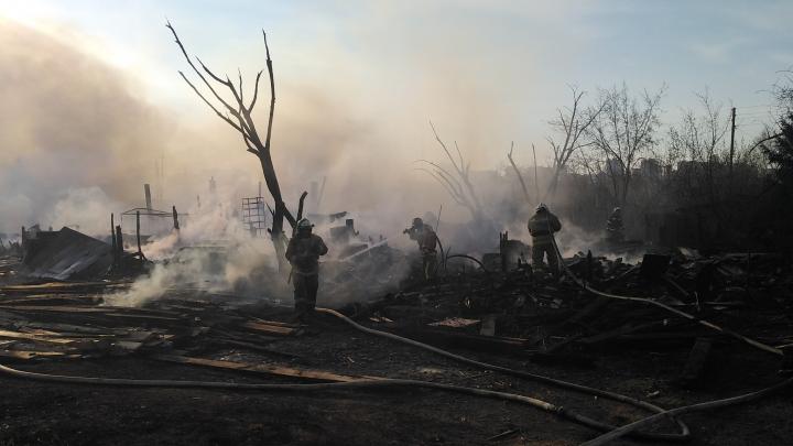 «Пожарные приехали без воды»: подробный фоторепортаж и рассказы очевидцев о сгоревших домах на Пашенном