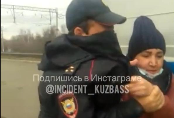 В Кузбассе полицейские жестко скрутили женщину. Она стояла на остановке без маски