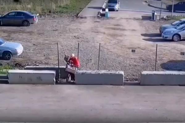 Напротив единственного прохода по частной территории появился бетонный блок
