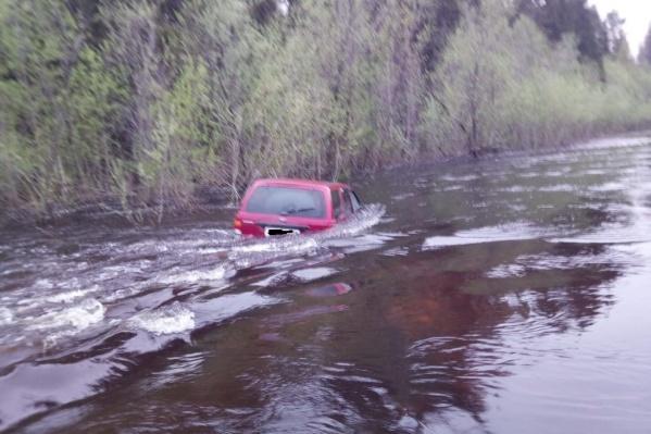 Проехать по затопленной дороге удалось всего 300 метров<br>