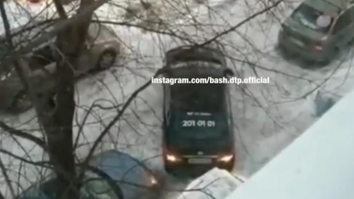 В Уфе таксист пытался припарковаться, и протаранил три машины. Очевидцы сняли видео