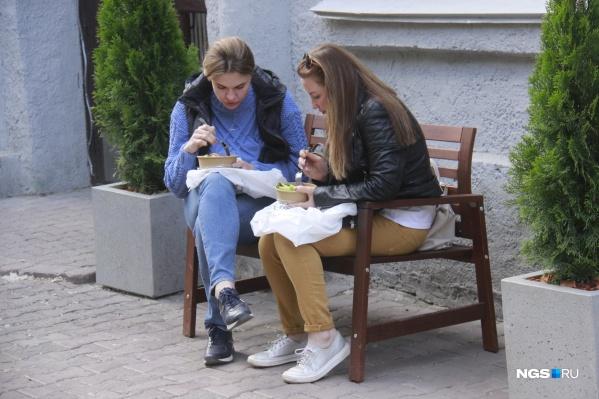 Несмотря на то что многие заведения торгуют навынос, обед на лавочках устраивает не всех