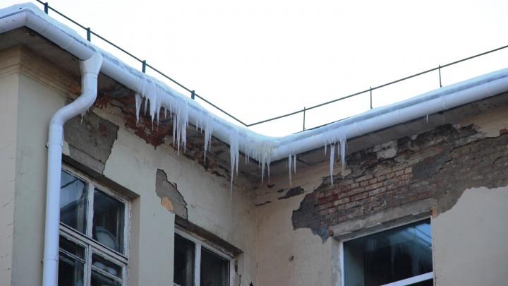 В Таре 25-летняя девушка оказалась в больнице — на неё с крыши магазина упал лёд