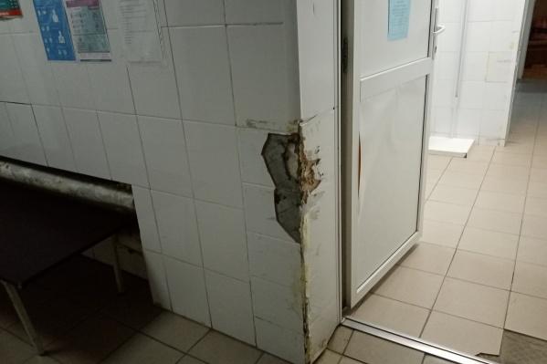 Автор жалобы считает, что стены отбивают каталками, которые не пролазят в дверные проемы