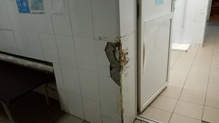 Разбитый пол и отбитые стены: пациенты пожаловались на состояние больницы в Губахе