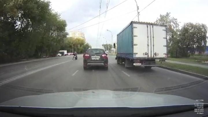 На проспекте Космонавтов водитель Infiniti решил развернуться и устроил ДТП с мотоциклистом: видео