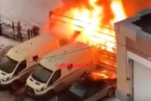 Судя по видео, сначала начался пожар, а потом взорвалось газобаллонное оборудование в «Газели»
