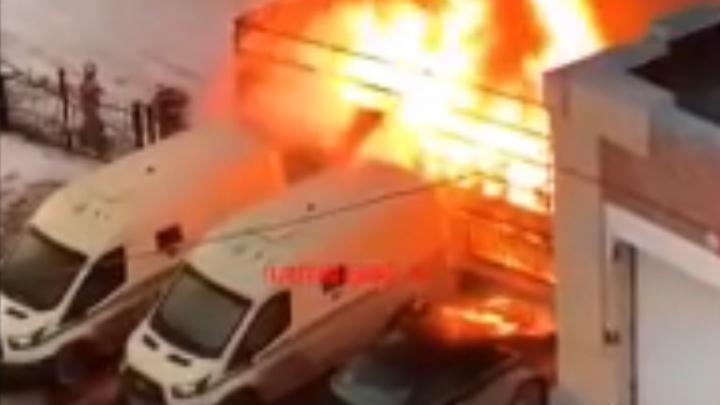 Во дворе Архангельска взорвалась грузовая «Газель»: видео