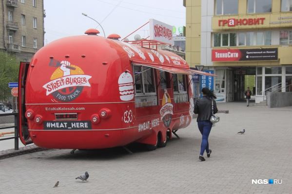 Фургон появился на площадке перед «Универсамом»