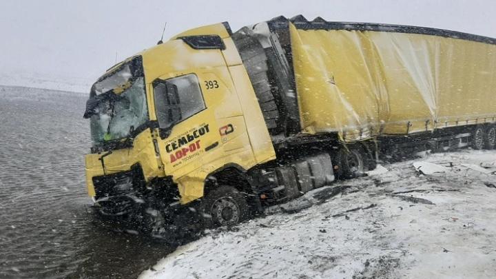 В Зауралье из-за метели за сутки произошло 14 аварий с большегрузами
