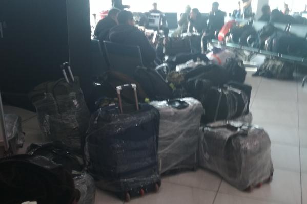 Пассажиры сидят в международном зале