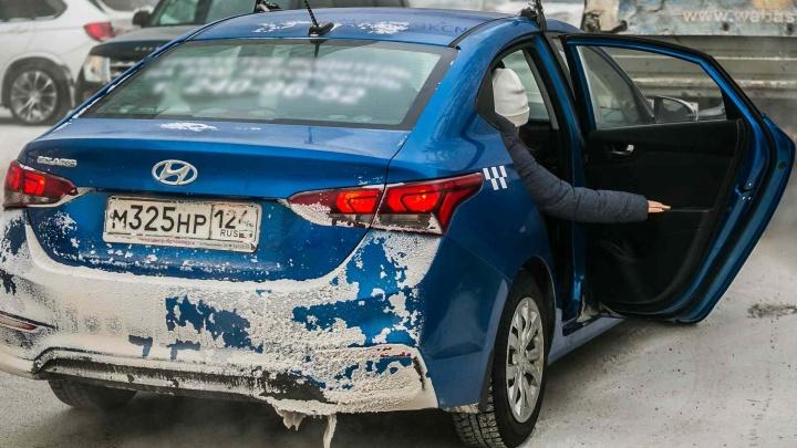 Таксист ударил девушку крышкой багажника из-за замечания о грязи