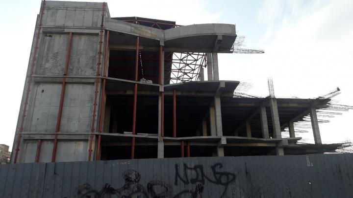 Деньги уходят на Кипр? Что таит гигантский недострой на улице Авроры