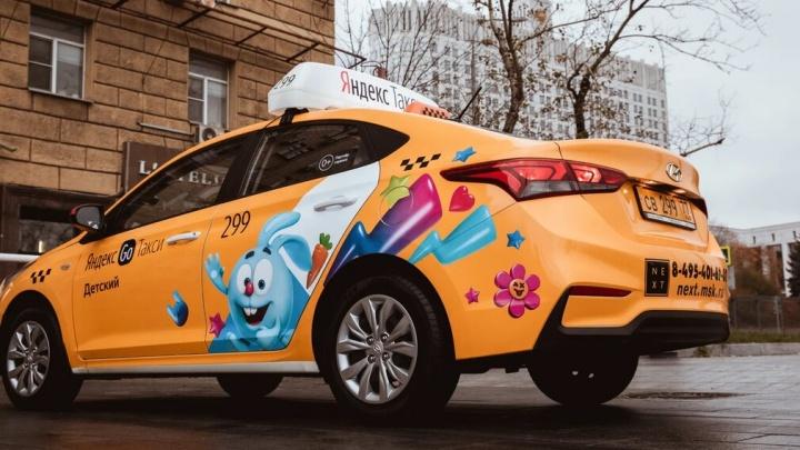 На дорогах Красноярска появились такси с героями «Смешариков», а внутри авто — аудиоподкаст и AR-игра