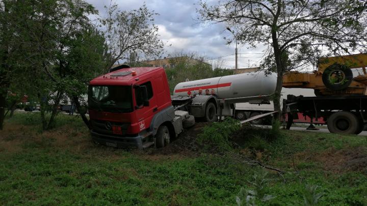 В Волгограде с мокрой дороги вылетела фура с цистерной
