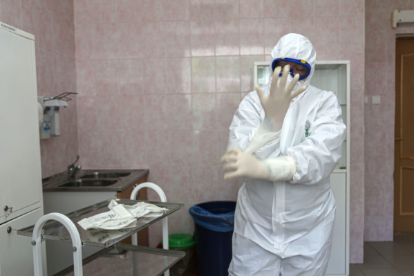 Медики продолжают заступать на вахты в инфекционные госпитали