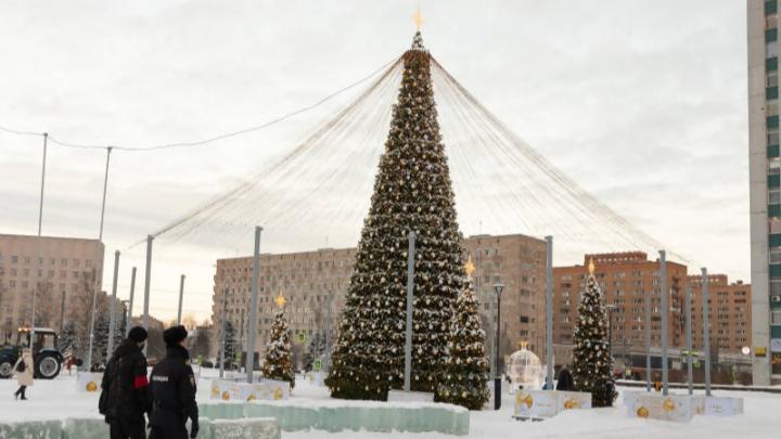 В Архангельске усилят охрану праздничных площадок после того, как хулиганы повредили подсветку елок