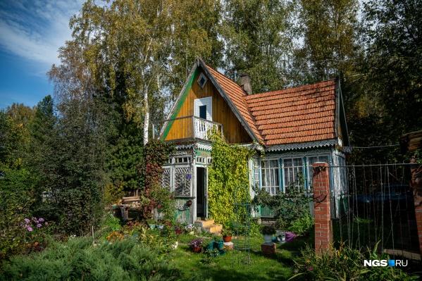 Дом с черепичной крышей — один из самых старых и примечательных в СНТ «Спутник»