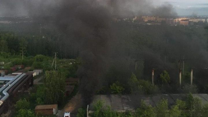 Поднялся столб дыма: в Октябрьском районе загорелось бесхозное здание