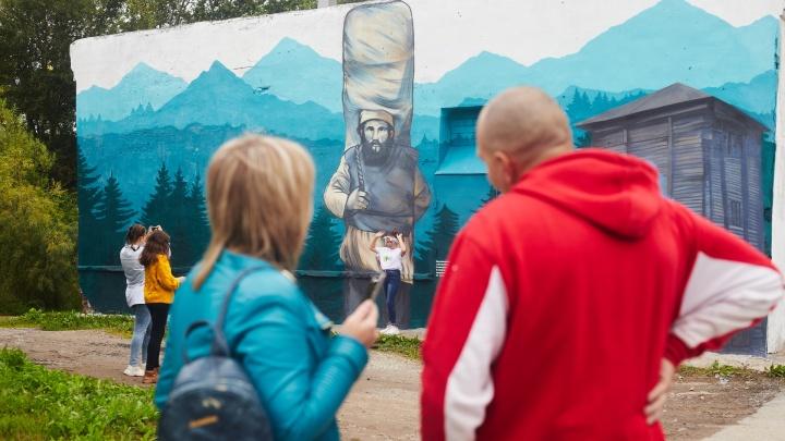 В Соликамске к 590-летию расписали стены в центре города. Смотрим на самые классные работы художников