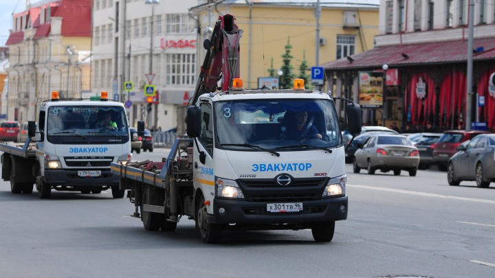 Погрузили на эвакуатор и увезли: в центре Екатеринбурга предприимчивые воры угнали внедорожник
