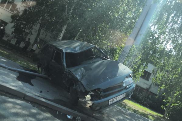 После удара отечественный автомобиль отбросило на столб: разбились лобовое стекло и бампер